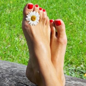 Обсудим способы лечения грибка между пальцев ног в домашних условиях. Стоит ли обратиться за помощью?